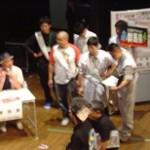 強豪:愛知県相手を前に監督から戦術指南を受ける選手の笹川君
